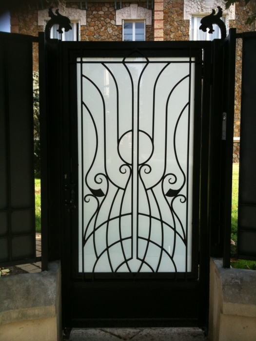 Iron gate art d co photo 3 wrought iron gate door for Barreaux pour fenetre